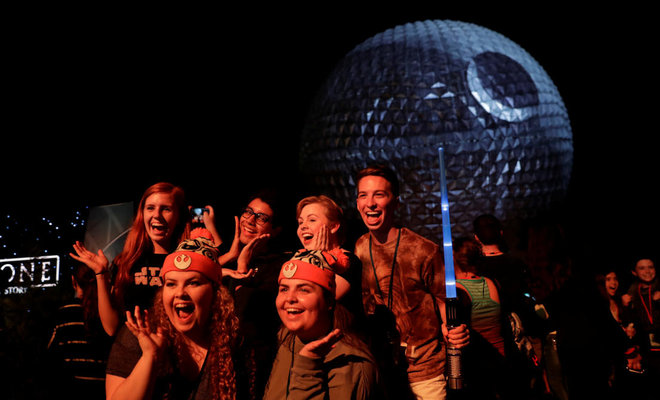 Fans keep faith as critics take sabres to Star Wars 'Rogue One'