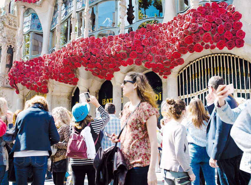 Catalans celebrate St George Day with roses and books