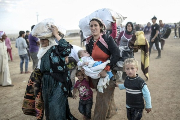 Thousands flee IS Syria stronghold as coalition closes in