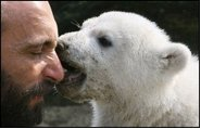Zoo keeper of Knut the polar bear dead
