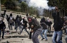 Palestinian demonstrators throw stones as they clash with Israeli police in East Jerusalem (AFP/David Furst)