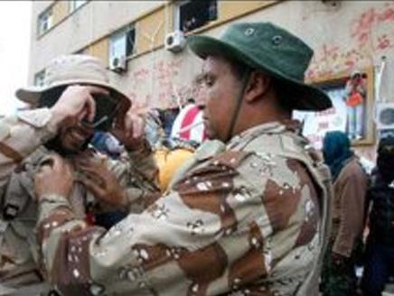 Libyan rebels bury unknown foes