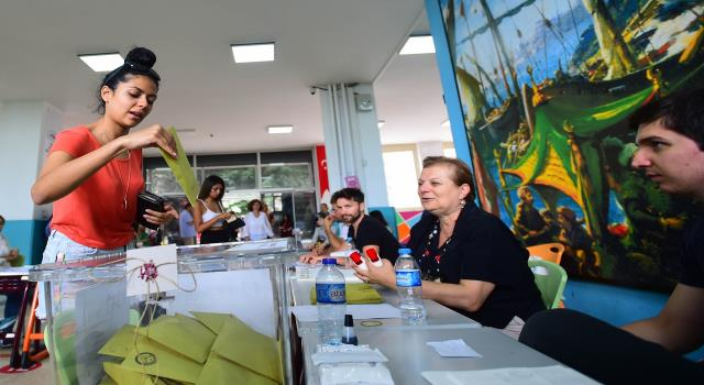 Three Germans, unofficial election observers, arrested in Turkey