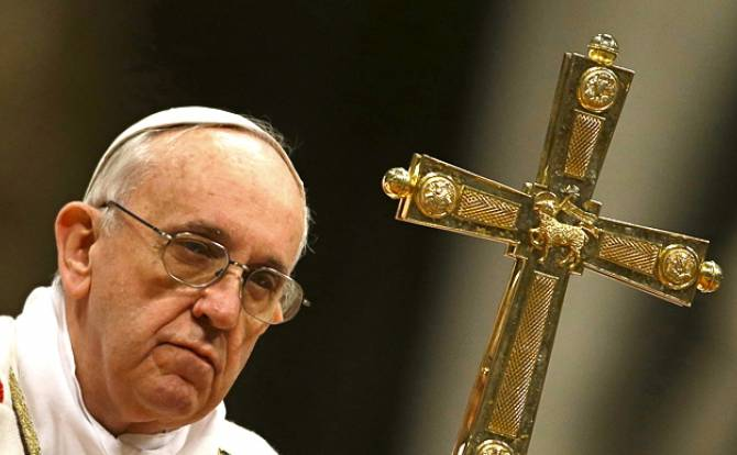 Pope condemns religious persecution in Christmas address