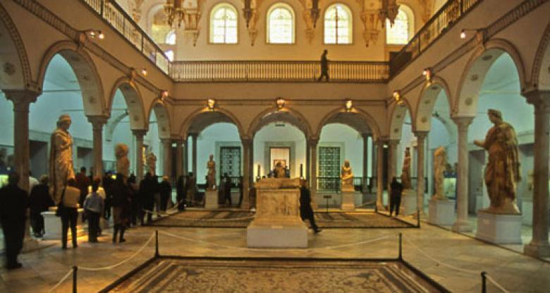 Tunisians honour massacre dead as museum reopening delayed