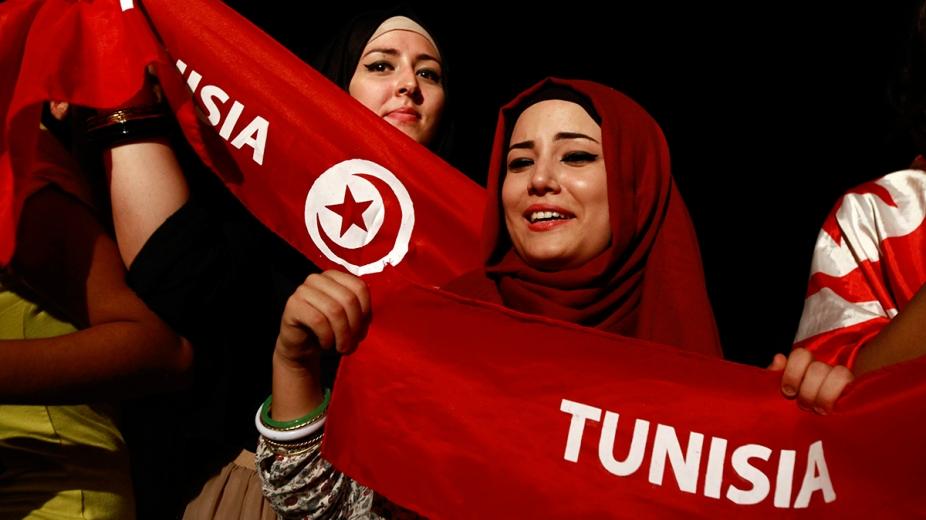 Tunisians unfurl world's 'largest' flag