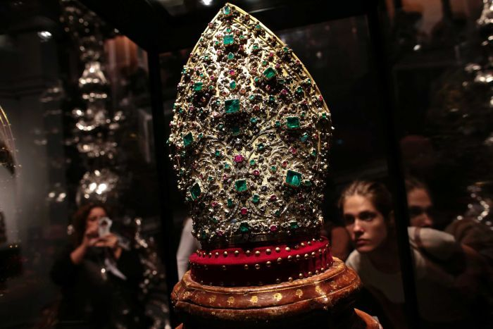 Saint's treasure sparks battle between Naples and Church
