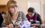 Mother braves east Ukraine frontline for children's homework